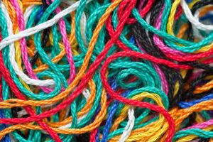 Приметы в зависимости от цвета прилипшей нитки