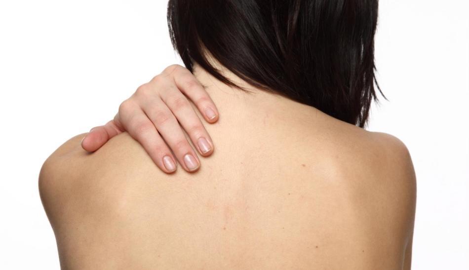 Чешется верхняя часть спины у девушки
