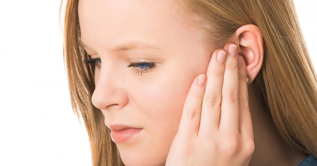 Почему чешется левое ухо у девушки