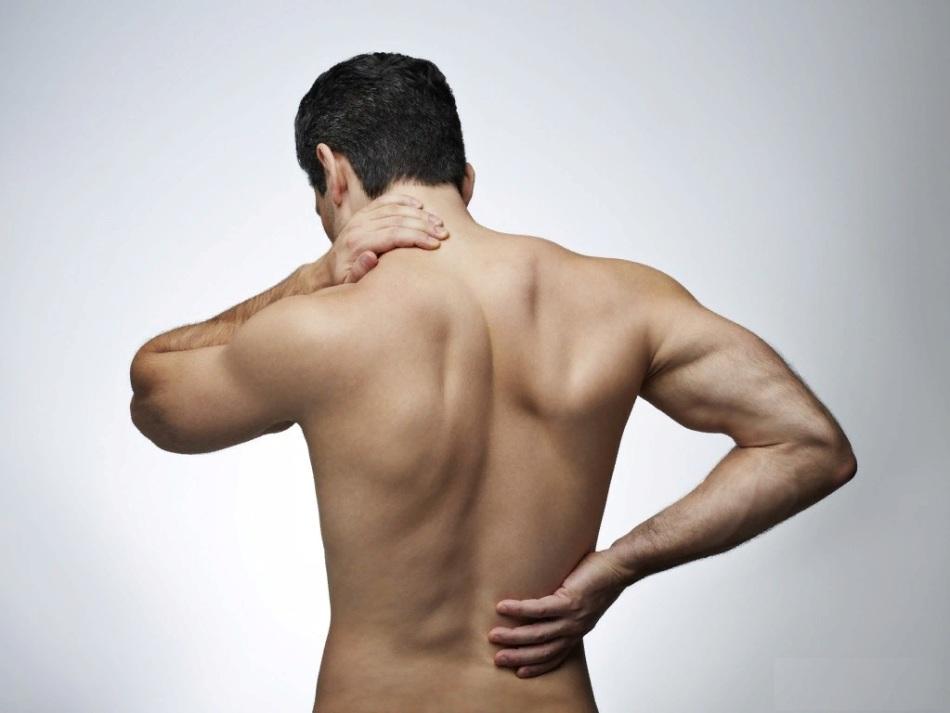 К чему чешется спина у парня