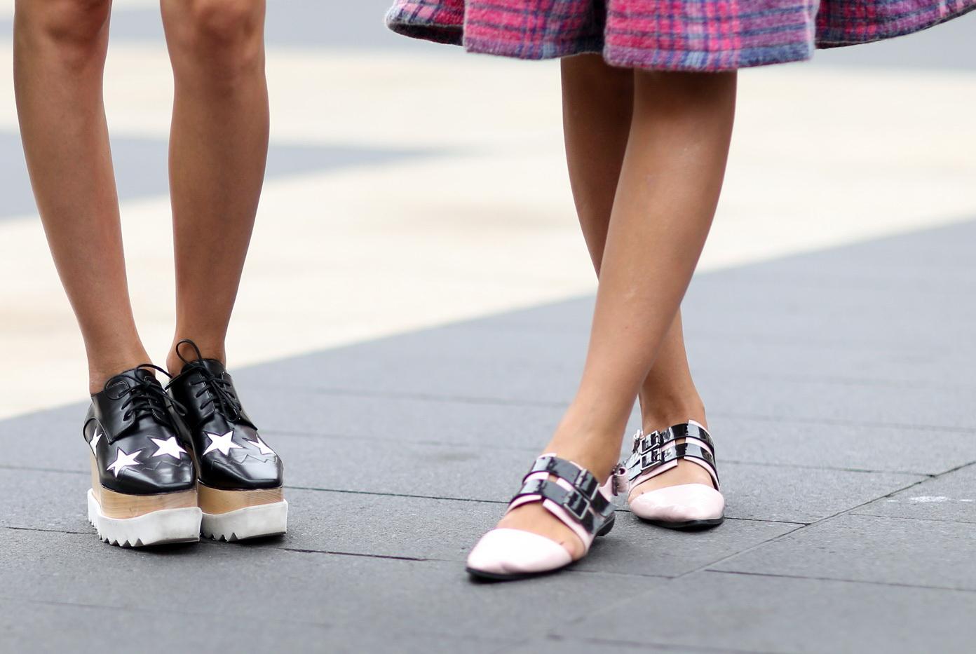 Разная обувь на ногах