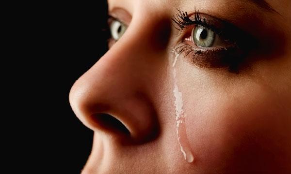 Сильно плакать