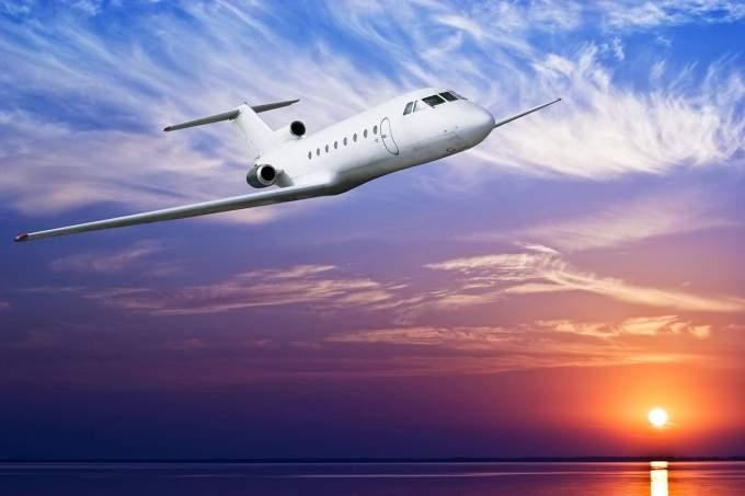 Видеть во сне летящий самолет в небе толкование