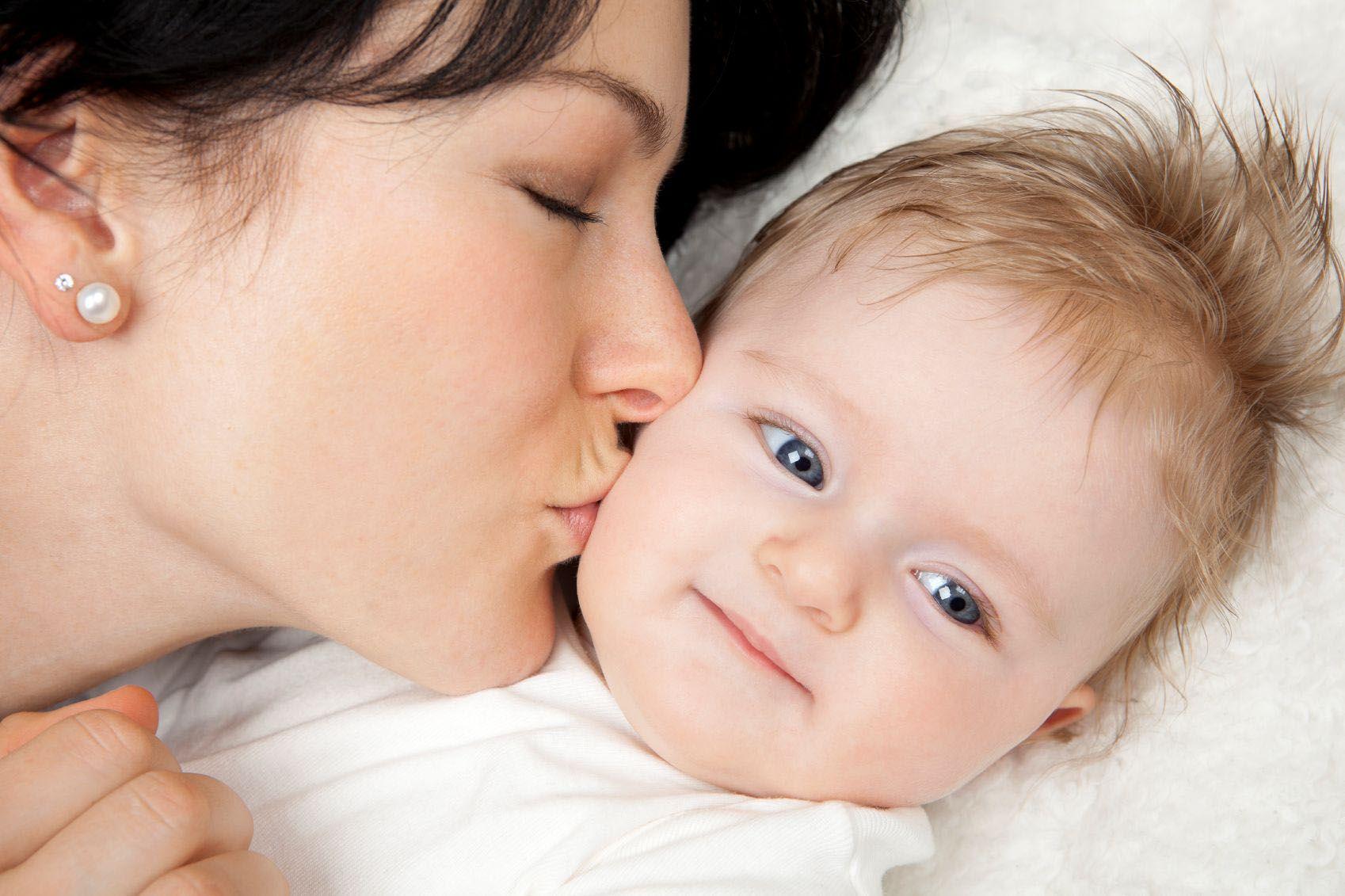 Целовать во сне ребенка